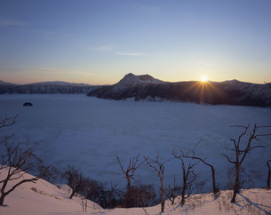 夜明の摩周湖の写真素材 [FYI03261057]