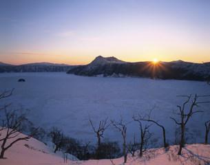 夜明の摩周湖の写真素材 [FYI03261059]