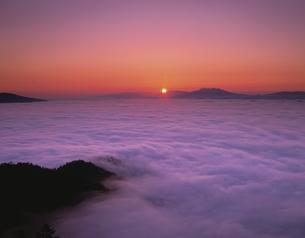 雲海の日ノ出と斜里岳 津別町の写真素材 [FYI03261140]