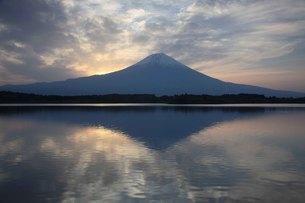 静かな水面に映る雲と逆さ富士の写真素材 [FYI03263365]