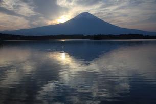 田貫湖に映る富士山と雲の写真素材 [FYI03263374]