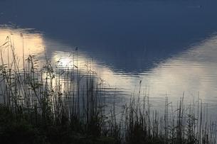 田貫湖の水面に映る逆さ富士の写真素材 [FYI03263379]