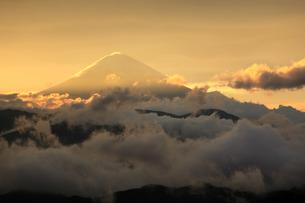 安部峠から望む旭光と雲の中の富士山の写真素材 [FYI03263383]