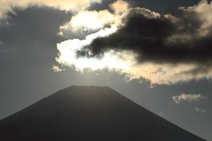 富士ヶ嶺地区から望む富士山頂の雲の中に輝く太陽の写真素材 [FYI03263390]