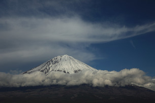 富士山麓を巻く帯雲の写真素材 [FYI03263391]