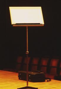 オーケストラの譜面台イメージの写真素材 [FYI03264262]