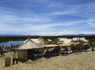ウロス島の露店 ティティカカ湖の写真素材 [FYI03264571]