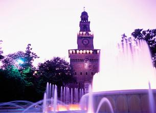 スフォルツァ城の夕景の写真素材 [FYI03264796]