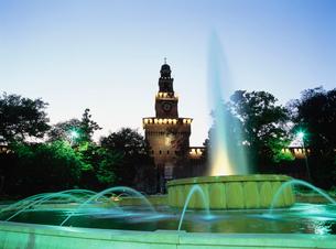 スフォルツァ城夜景の写真素材 [FYI03264802]