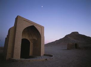 沈黙の塔と風の塔夕景の写真素材 [FYI03265361]