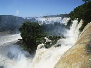 滝の上 イグアス国立公園の写真素材 [FYI03265570]
