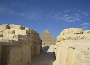スフィンクス神殿参道とカフラー王ピラミッドの写真素材 [FYI03266024]