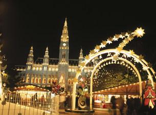 市庁舎クリスマスマーケットの写真素材 [FYI03266042]