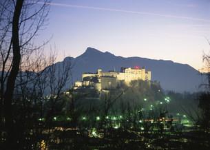 ホーエンザルツブルク城の夜景の写真素材 [FYI03266045]