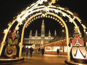 市庁舎クリスマスマーケットの写真素材 [FYI03266046]
