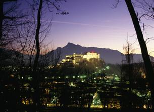 ホーエンザルツブルク城夜景の写真素材 [FYI03266047]