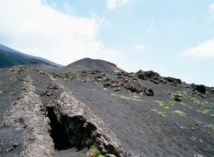 溶岩流の穴 エトナ山の写真素材 [FYI03266226]