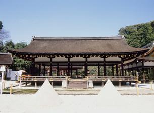 上賀茂神社の細殿と砂盛りの写真素材 [FYI03266646]