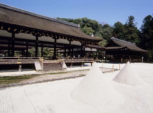 上賀茂神社の細殿と砂盛りの写真素材 [FYI03266656]