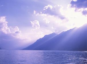 ブリエンツ湖畔夕景  6月  スイスの写真素材 [FYI03266909]
