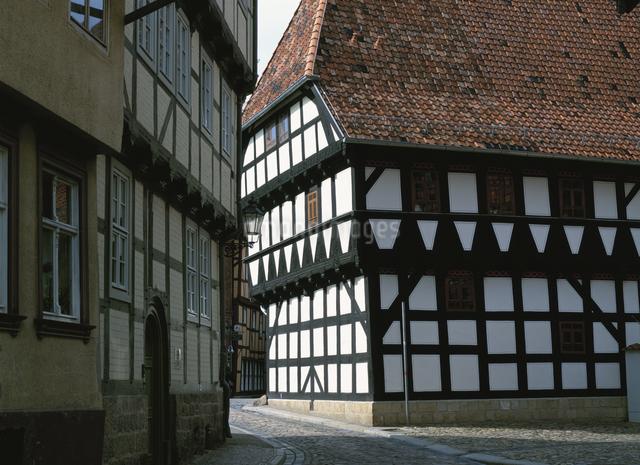 木組の家と道クヴェトリンブルク ドイツの写真素材 [FYI03266942]