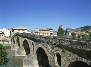 巡礼道の石橋 プエンテ・ラ・レイナ スペインの写真素材 [FYI03267031]