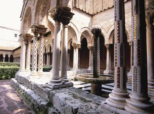 大聖堂回廊の中庭の写真素材 [FYI03267342]