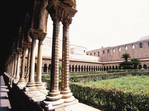 大聖堂回廊の中庭の写真素材 [FYI03267343]