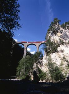 ランドヴァッサー橋を渡るベルニナ急行の写真素材 [FYI03267478]