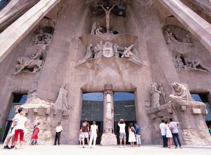 サグラダ・ファミリア聖堂の西門入口の写真素材 [FYI03267859]