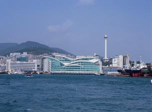 チャガルチ市場と釜山タワーを望むの写真素材 [FYI03267871]