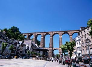 鉄道高架橋と市庁舎前広場の写真素材 [FYI03267915]