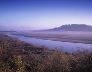 朝の北上川と束稲山の写真素材 [FYI03268103]