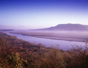 朝の北上川と束稲山の写真素材 [FYI03268117]
