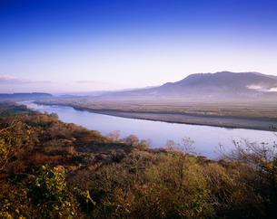 朝の北上川と束稲山の写真素材 [FYI03268136]