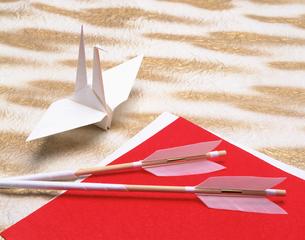 破魔矢と折り鶴の写真素材 [FYI03268384]