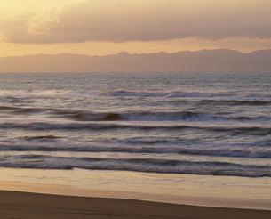 越後の海と佐渡ケ島の写真素材 [FYI03268456]