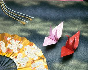 扇子と折鶴の写真素材 [FYI03268604]