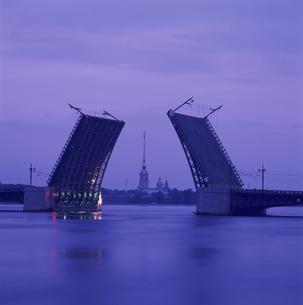 ネバ川と跳ね橋(宮殿橋)の朝  サンクトペテルブルグ ロシアの写真素材 [FYI03268996]