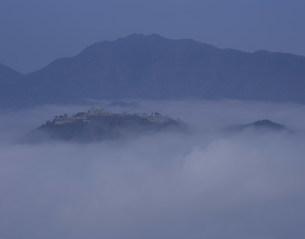 雲海に浮かぶ竹田城跡の写真素材 [FYI03269343]