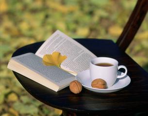 コーヒーカップと洋書の写真素材 [FYI03269591]