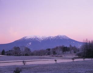 朝の木曽御岳山と霜の開田高原の写真素材 [FYI03269977]