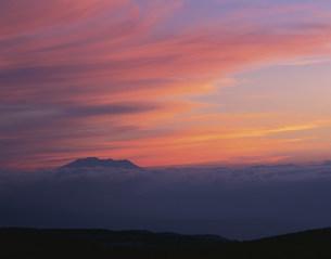 夕焼け空と木曽御岳山 霧ヶ峰の写真素材 [FYI03270156]