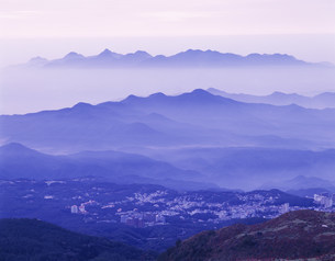 朝の山並みと草津温泉街の写真素材 [FYI03270311]