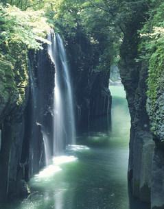 夏の高千穂峡と真名井の滝の写真素材 [FYI03270502]