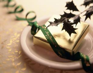 皿の上のプレゼントとヒイラギの写真素材 [FYI03270651]
