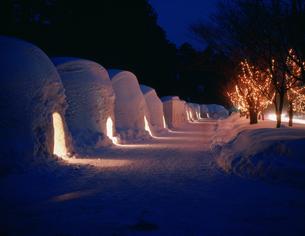かまくら 冬の十和田湖雪祭りの写真素材 [FYI03270663]