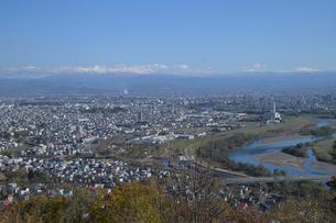 大雪山連峰をのぞむ旭川市内の写真素材 [FYI03272822]