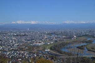 大雪山連峰をのぞむ旭川市内の写真素材 [FYI03272829]