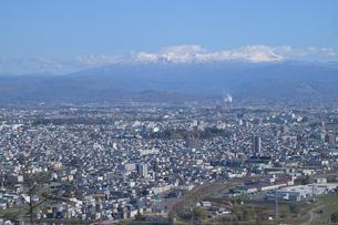 大雪山連峰をのぞむ旭川市内の写真素材 [FYI03272831]